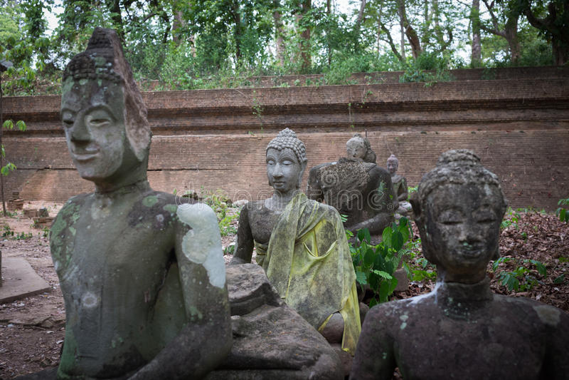 Buddhastatyn i watumong, Chiang Mai, reser den thai templet royaltyfri foto