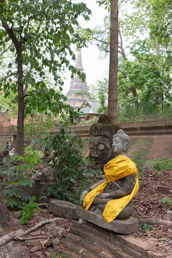 Buddhastatyn i watumong, Chiang Mai, reser den thai templet arkivbild