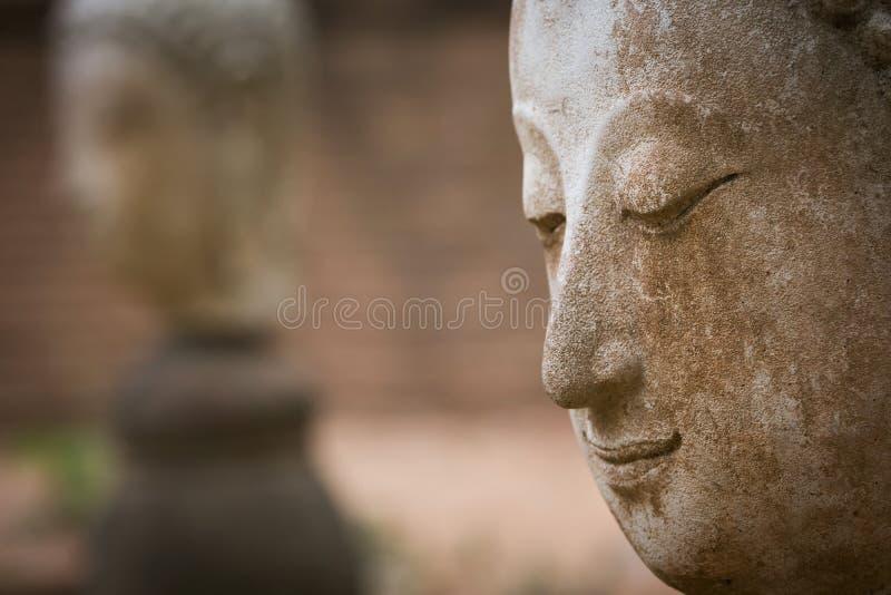Buddhastatyn i watumong, Chiang Mai, reser den thai templet arkivbilder