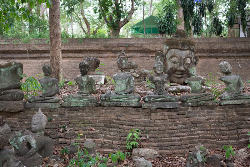 Buddhastatyn i watumong, Chiang Mai, reser den thai templet royaltyfria bilder