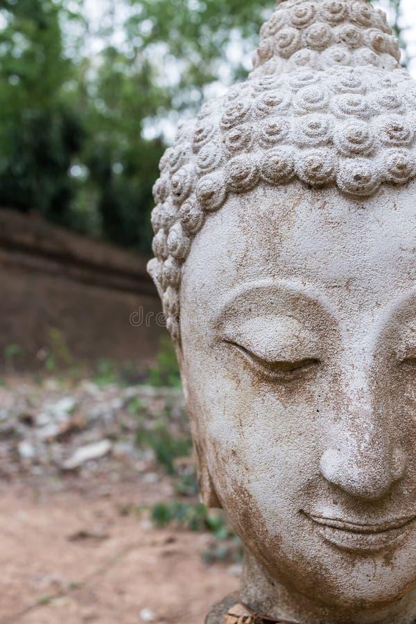 Buddhastatyn i watumong, Chiang Mai, reser den thai templet fotografering för bildbyråer