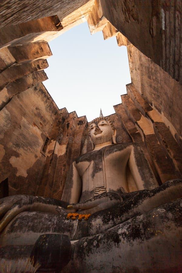 Buddhastatyn på watsrikamraten, sukhothaien, historiska Sukhothai parkerar, Thailand fotografering för bildbyråer