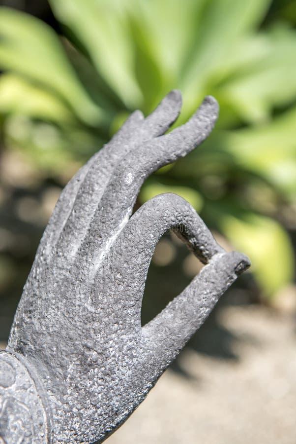 Buddhastatys hand i trädgården arkivfoto