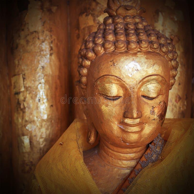 Buddhastatyskulptur med den guld- framsidan fotografering för bildbyråer