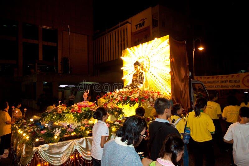 Buddhish pławiki przy wesak korowodem i dewotki zdjęcia royalty free