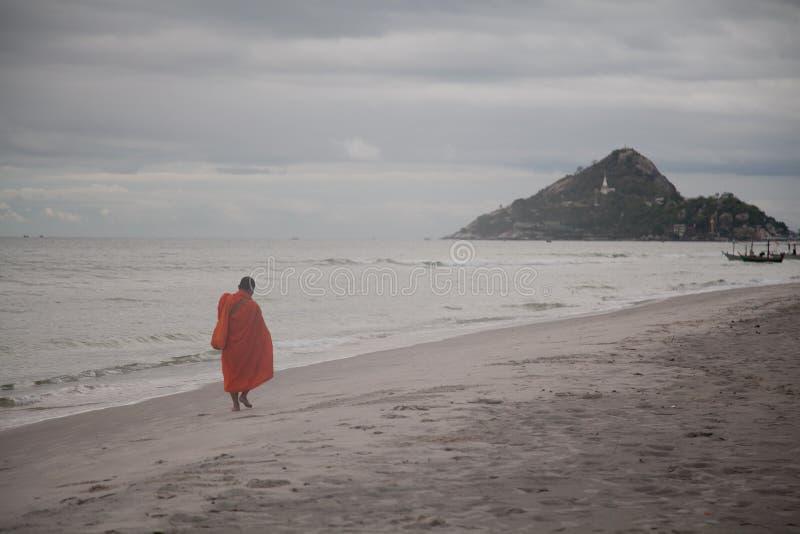 Buddhismusmönch, der neben Meer geht stockfotografie