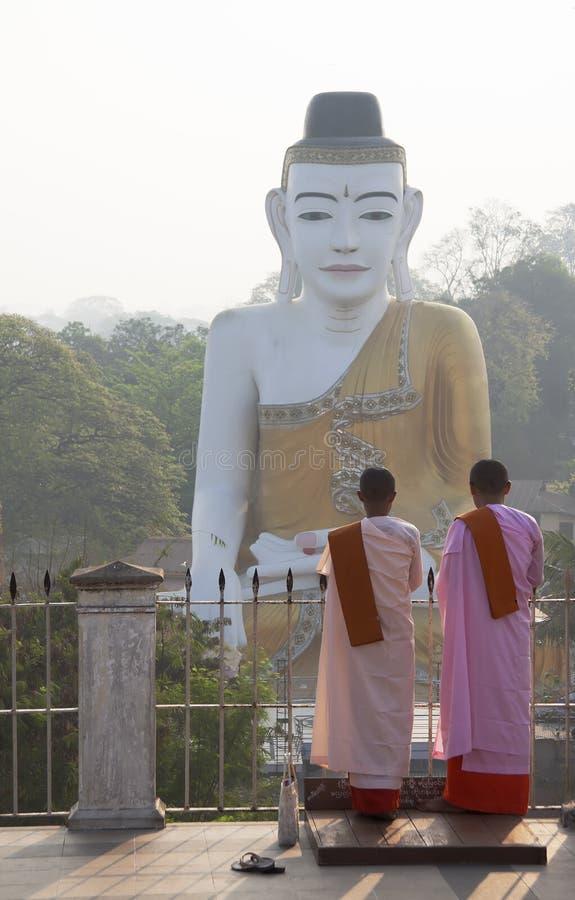 Yangon, Myanmars Burmese Buddhist Nuns in pink robes royalty free stock photos