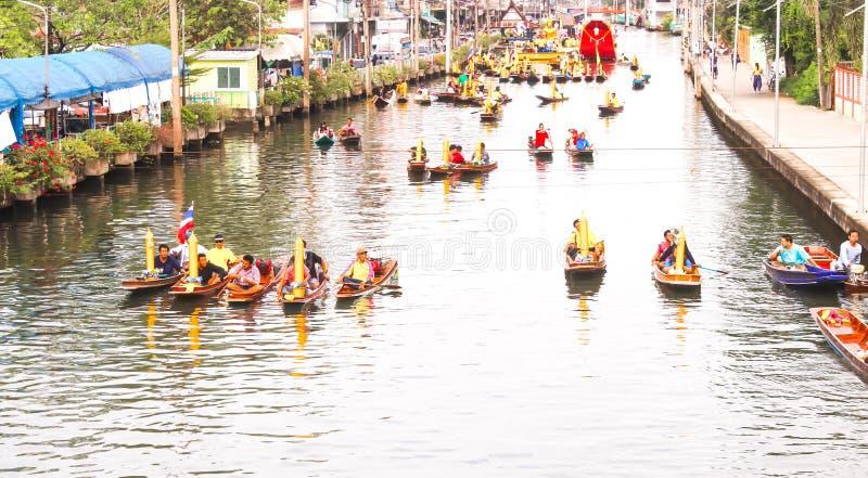 Buddhisten bereiten Kerzenfestivalparade durch Boot bei Katumban in Samutsakorn, Thailand am 27. Juli 2018 vor lizenzfreie stockbilder