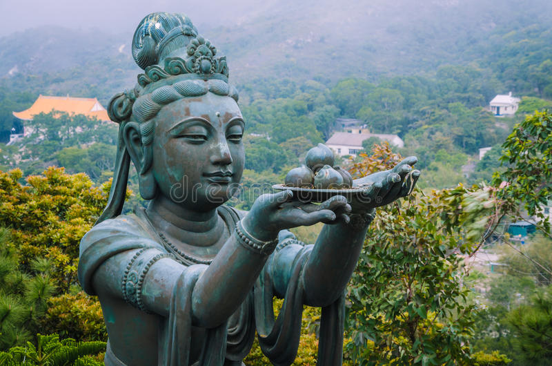 Buddhistic αγάλματα χαλκού που εγκωμιάζουν και που κάνουν τις προσφορές στο Tian Tan Βούδας - ο μεγάλος Βούδας στοκ εικόνες