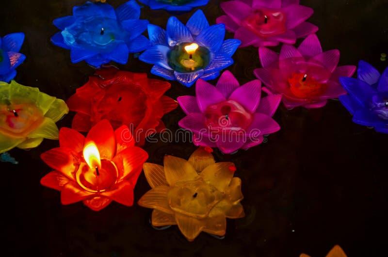 Buddhistisch schwimmende, farbenfrohe Kerze, die auf Wasser schwimmt, um nachts Buddha zu beten stockfotos