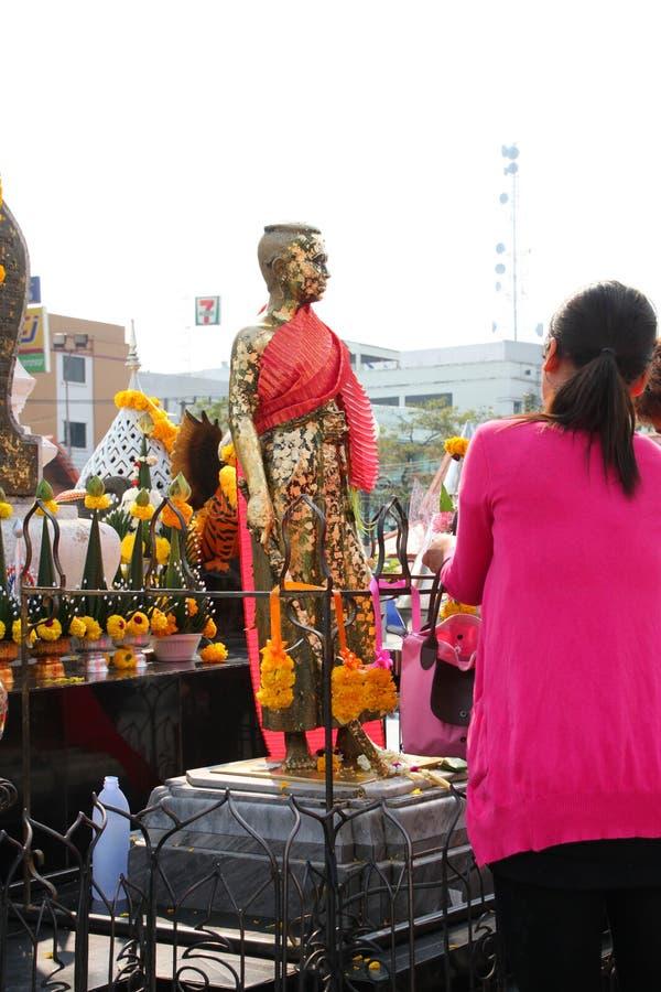 Buddhistische anbetenund bildende fromme Übertragungsgüte stockbild