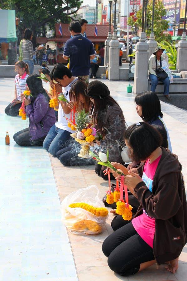 Buddhistische anbetenund bildende fromme Übertragungsgüte lizenzfreie stockfotografie