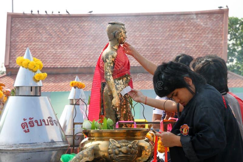 Buddhistische anbetenund bildende fromme Übertragungsgüte stockfotografie