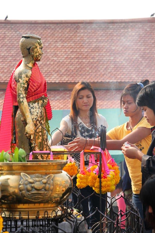 Buddhistische anbetenund bildende fromme Übertragungsgüte stockfotos