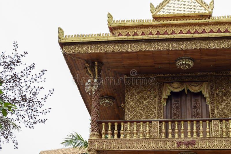 Buddhistische Architektur in Wat Damnak-Pagode, Siem Reap, Kambodscha Traditionelle Khmerentlastung auf Wand stockfotografie