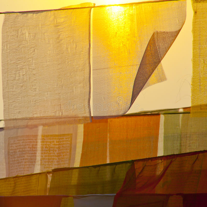Buddhistische betende Flaggen bei dem Sonnenuntergang stockbild