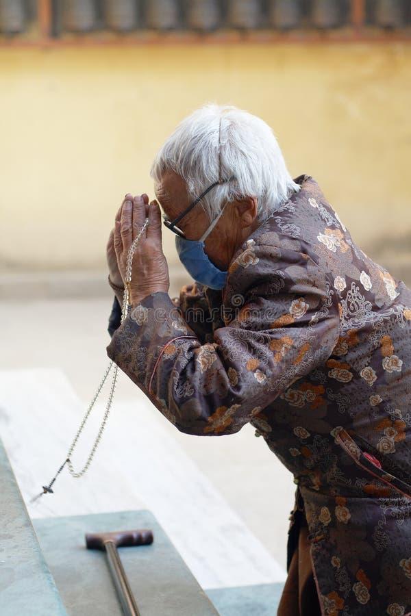 Buddhistische betende Frau lizenzfreie stockfotos