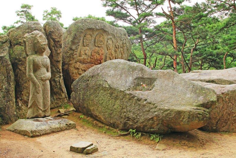 Buddhistische Bilder geschnitzt auf Felsen-Oberfläche bei Tapgok von Namsan, Gyeongju stockbilder