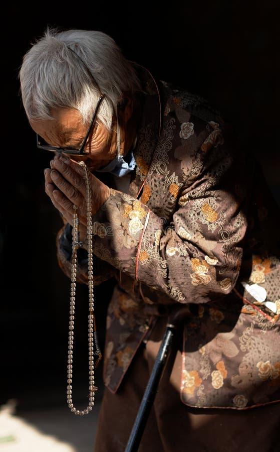 Buddhistische Frau in Boudhanath Stupa, Nepal lizenzfreies stockfoto