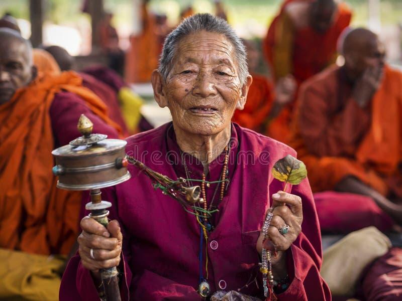 Buddhistische Frau, die an Mahabodhi-Tempel in Bodhgaya, Indien betet lizenzfreie stockfotos