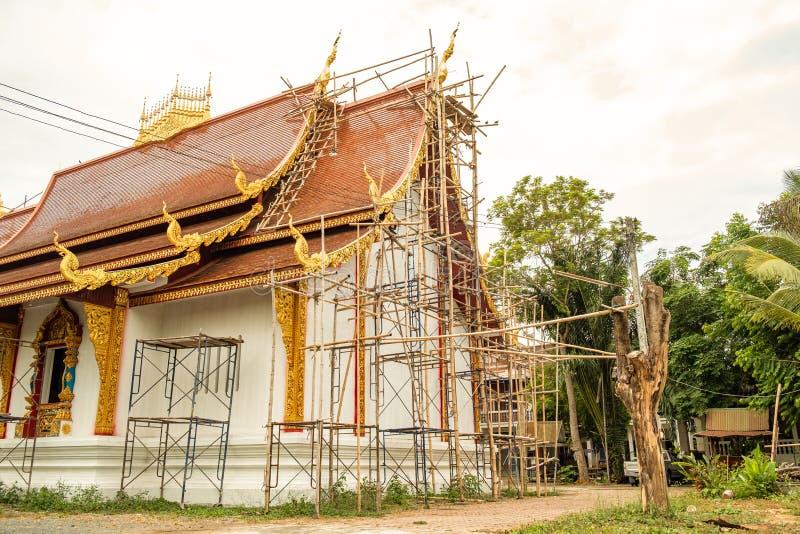 Buddhistische Kirche wird mit traditioneller Technik errichtet lizenzfreies stockbild