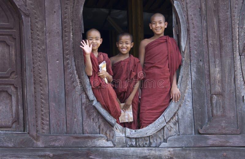 Buddhistische Mönche auf Myanmar (Birma) lizenzfreies stockfoto