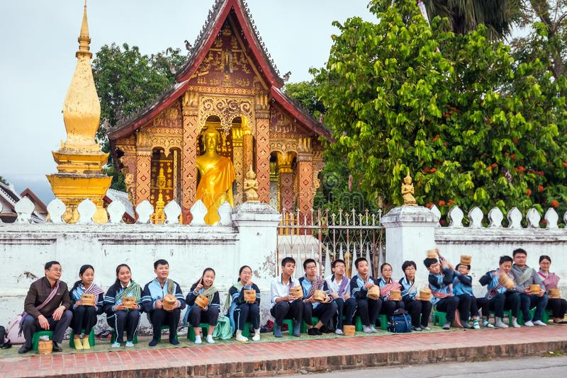 Buddhistische Mönche, die Almosen in Luang Prabang sammeln lizenzfreie stockbilder