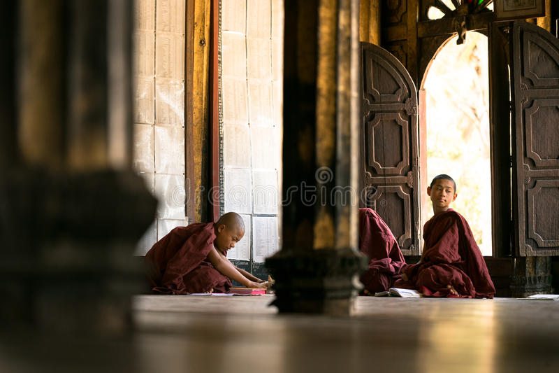 Buddhistische Mönche, die in der Klosterschule Shwe Yan Pyay lernen stockbilder