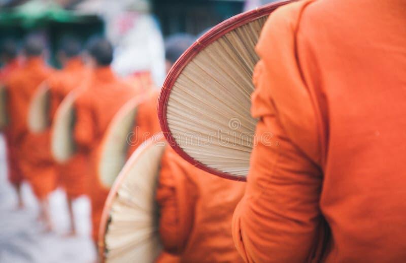 Buddhistische Mönche, die zusammen auf Myanmar reisen stockbild