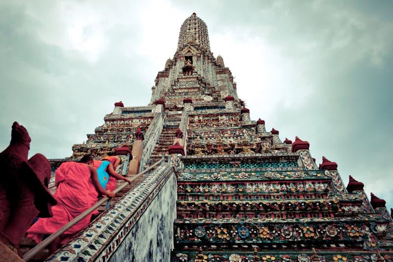 Buddhistische Mönche gehen herauf Treppen von Wat Arun Tempel in Bangkok stockfotografie