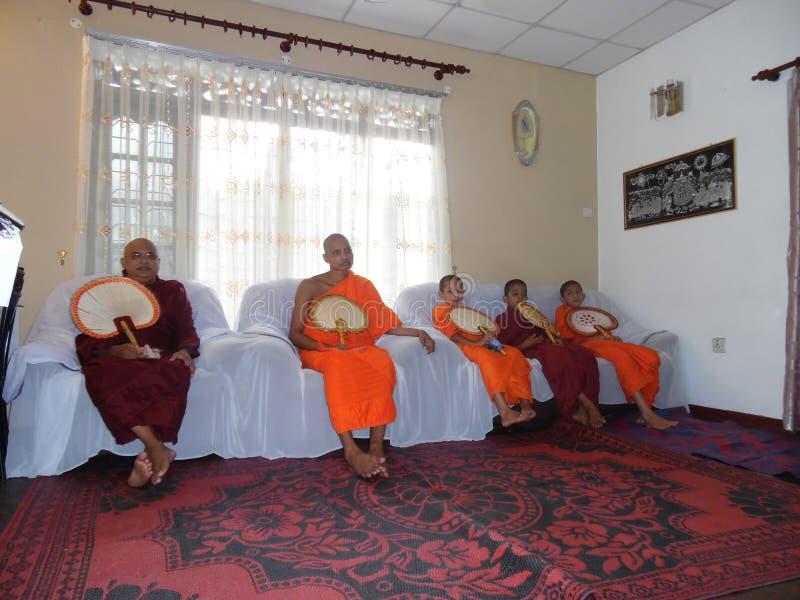 Buddhistische Mönche in Sri Lanka lizenzfreie stockfotos