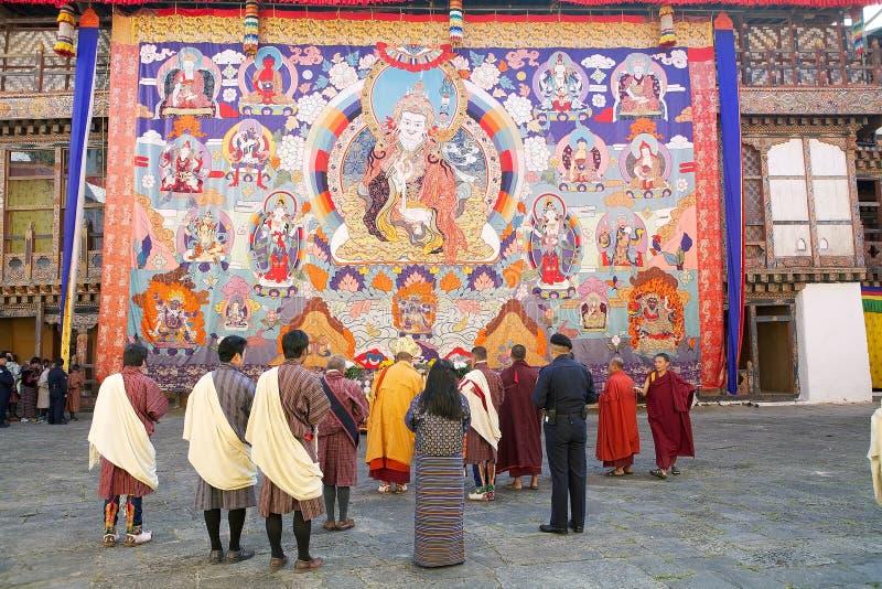 Buddhistische Mönche und Leute von Bhutan beim Trongsa Dzong, Trongsa, Bhutan lizenzfreie stockfotos