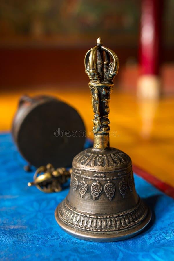 Buddhistische religiöse Ausrüstung - Vajra Dorje und Glocke stockfotos