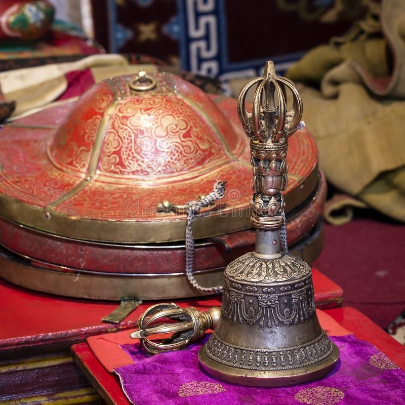 Buddhistische religiöse Ausrüstung - Vajra Dorje und Glocke im tibetanischen Kloster Ladakh, Jammu Kashmir, Indien lizenzfreies stockfoto