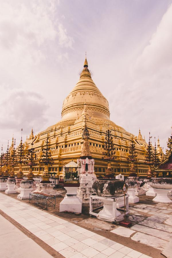Buddhistische Shwezigon-Pagode stockfotos