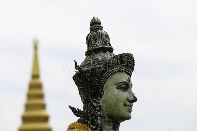 Buddhistische Statue mit einem Tempelhelm stockfotografie