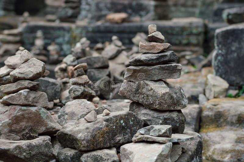 Buddhistische Steinhaufen erfassten auf den Ruinen von Angkor Wat Tempeln lizenzfreies stockbild