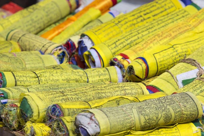 Buddhistische tibetanische Gebetsflaggen rollten in eine Rolle, Kathmandu, Knoten lizenzfreie stockfotos