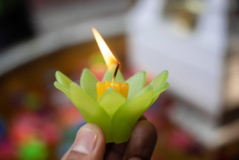 Buddhistischer Kerzenlicht Wunsch für gutes Glück in Wat Si Suphan-Tempel stockfotos