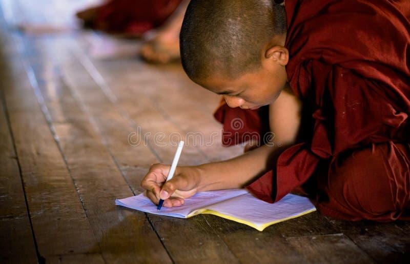 Buddhistischer Mönch, der in der Klosterschule Shwe Yan Pyay lernt stockfoto