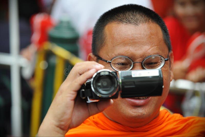 Buddhistischer Mönch mit Kamerarecorder lizenzfreie stockfotos