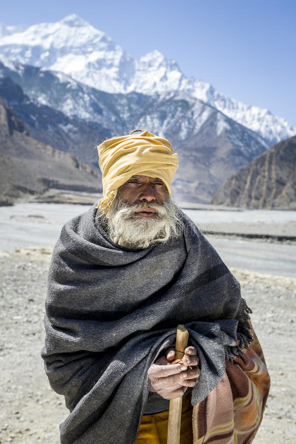 Buddhistischer Pilgerer in den Himalaja-Bergen lizenzfreie stockbilder