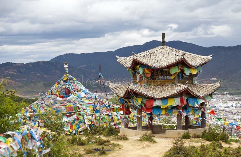 Buddhistischer Tempel über Stadt lizenzfreie stockbilder