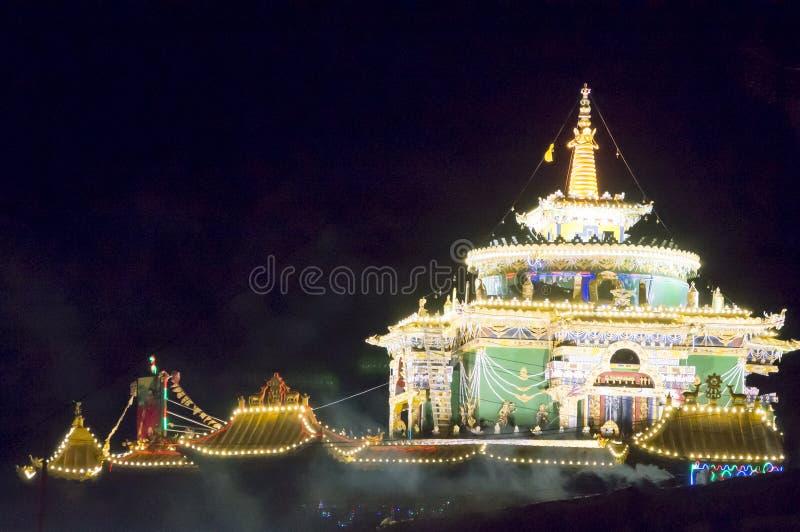 Buddhistischer Tempel bis zum Nacht lizenzfreie stockbilder