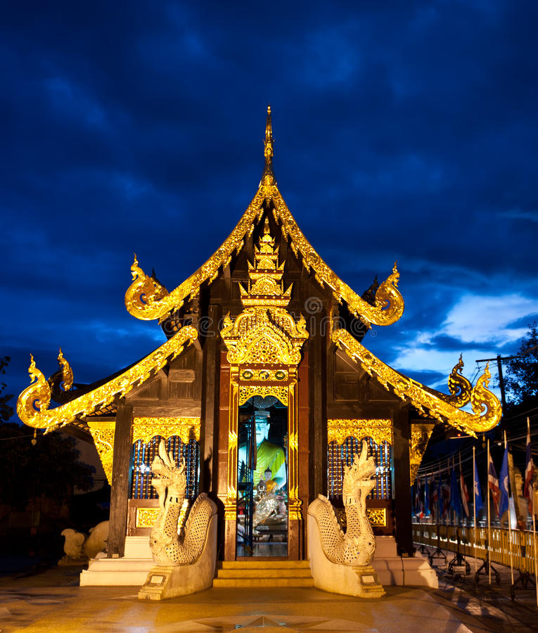 Buddhistischer Tempel bis zum Nacht in Chiang Mai, Thailand stockbild