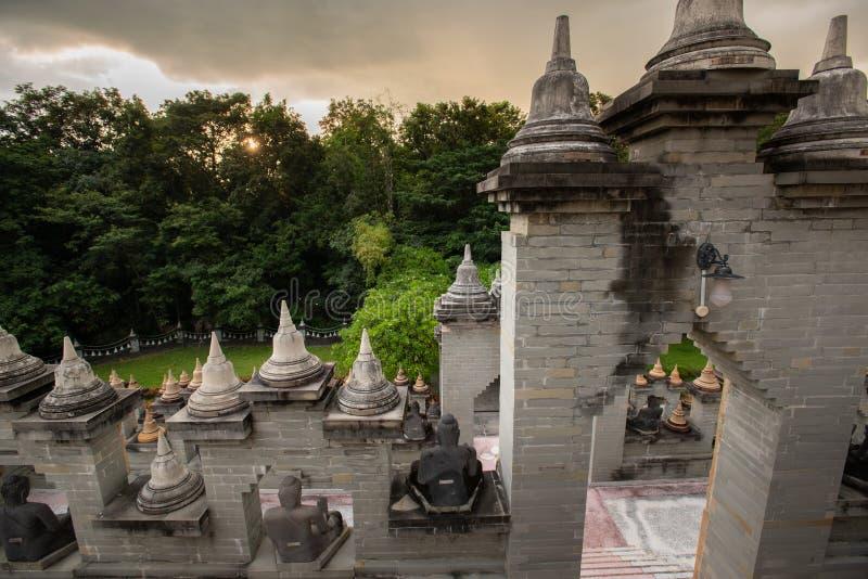 Buddhistischer Tempel: Sandstein-Pagode in PA Kung Temple bei Roi Et von Thailand lizenzfreie stockbilder