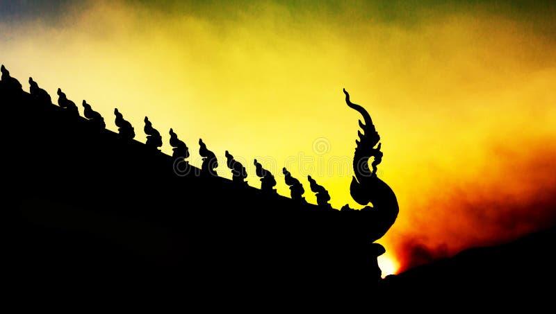 Buddhistischer Tempel Siluate-Sonnenuntergangzeit Königs Of Nagas stockbilder