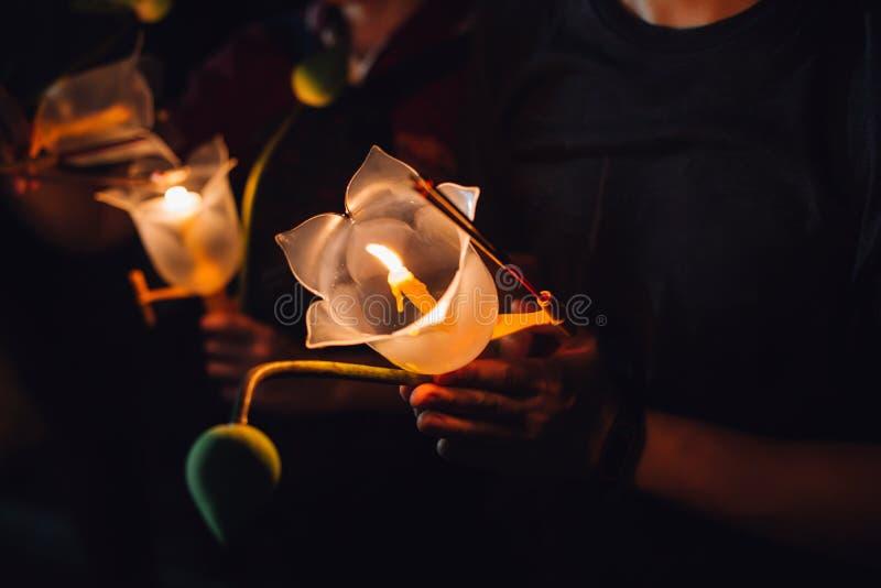 Buddhistisches Beten mit Räucherstäbchen, Lotosblume und Kerzen am heiligen Religionstag von Vesak nachts stockfotografie