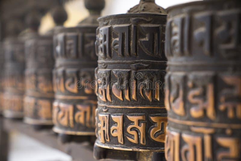 Buddhistisches Gebet dreht herein Reihe lizenzfreies stockfoto