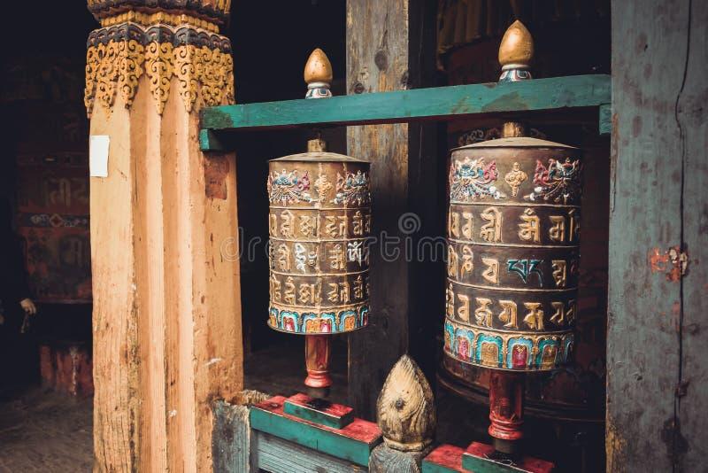 Buddhistisches Gebet dreht herein Trongsa Dzong, Bumthang, Bhutan lizenzfreie stockfotos